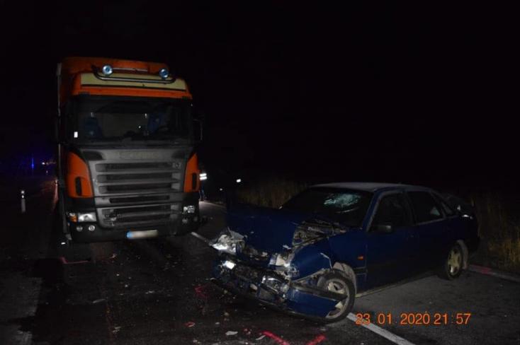 Tragikus baleset: frontálisan ütközött egy kamion és egy személyautó