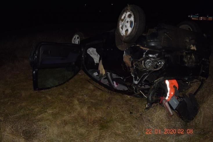 Részeg fiatalokkal teli autó repült ki a kanyarban – a 19 éves Dávid jogosítvány nélkül vezetett