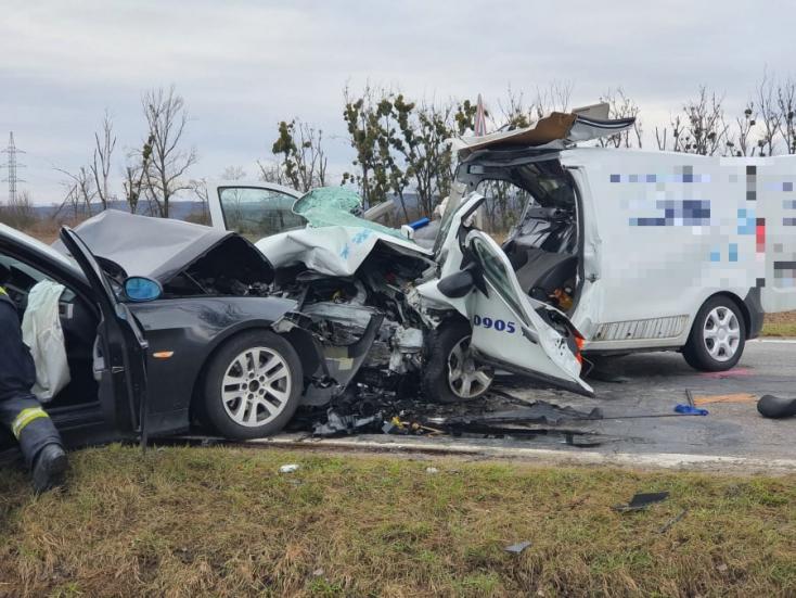 Súlyos baleset: frontálisan ütközött egy furgon és egy személyautó (FOTÓK)