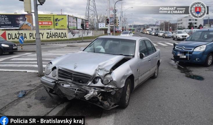 Mercedes és Citroen ütközött a kereszteződésben, mindkét sofőr azt állítja, hogy neki volt zöldje