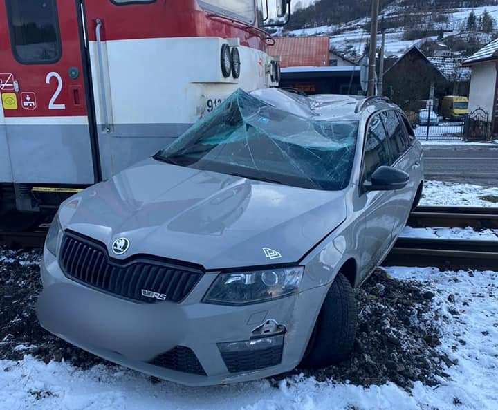 BALESET: Škodával ütközött egy személyvonat az átjáróban