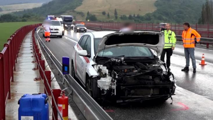 Pácienst szállító egészségügyi autó karambolozott az autópályán (FOTÓK)
