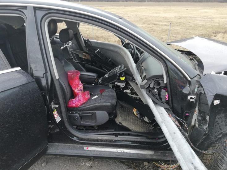 Telibe trafálta az út szélén álló Audit egy kamion – a személykocsiból egy halom roncs maradt