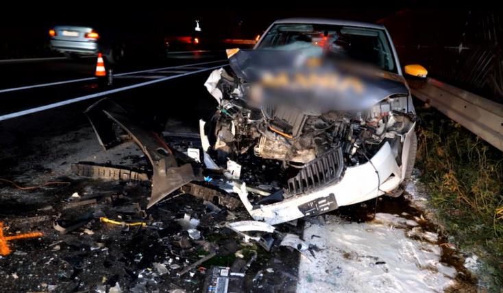 Frontálisan ütközött egy Renault és egy Škoda, egy személyt a tűzoltók vágtak ki a roncsok közül