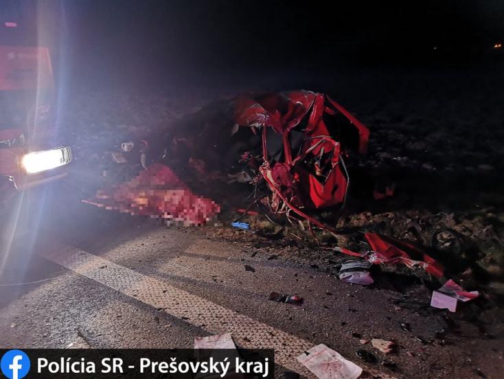 Frontálisan ütközött egy kamion és egy személyautó, fiatal sofőr vesztette életét