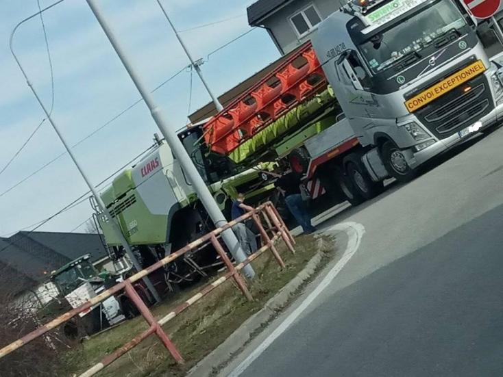 Fennakadt a korláton egy kamion rakománya Nagymegyeren
