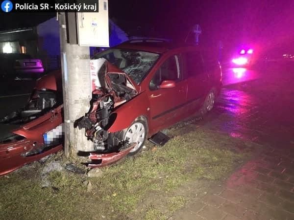 Betonoszlopnak hajtott egy Peugeot, meghalt a kocsiban utazó nő