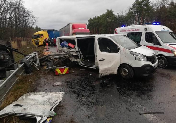 Furgon és két kamion ütközött a D2-es autópályán, három ember került kórházba – FOTÓK