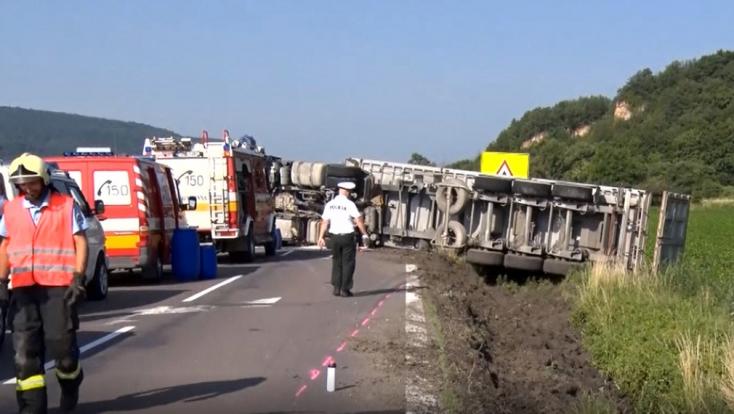 Előző autós miatt borult fel a kamion, a vétkes elmenekült (FOTÓK)
