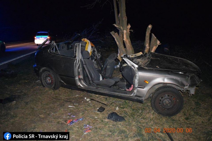 Fának rohant egy személyautó – életét vesztette egy 21 éves fiatal, ketten súlyosan megsérültek