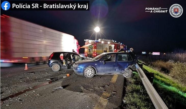 Félreállított Fordba hajtott bele egy VW Golf, a két sofőr súlyosan megsérült