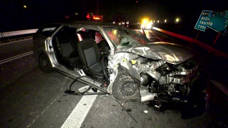Súlyos baleset: Frontálisan ütközött egy személyautó és egy kamion