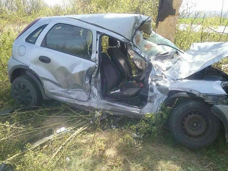 Fának csapódott egy személyautó – egy ember meghalt, egy pedig súlyosan megsérült