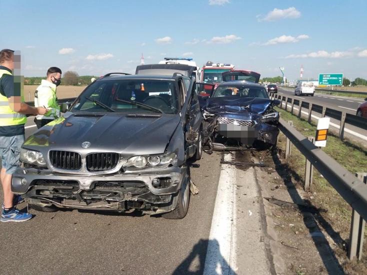 Súlyos baleset: Gyerekes család kocsijával ütközött a figyelmetlen BMW-s, mentőhelikoptert riasztottak a helyszínre