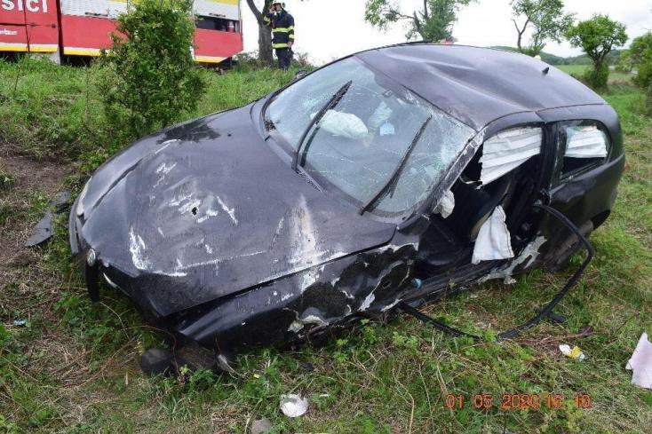 Részeg volt a sofőr, aki balesete során kizuhant az autóból és halálosan megsérült (FOTÓK)