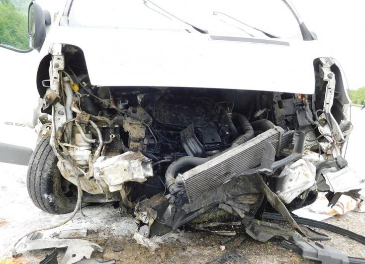 Halálos baleset: füves dombnak hajtott egy furgon, a sofőr belehalt sérüléseibe