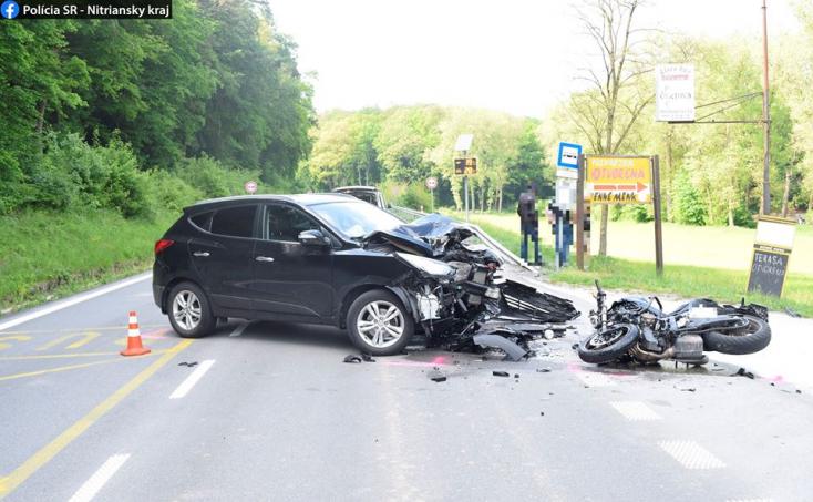 Nem adott előnyt a fiatal autós, beléhajtott egy motoros – mentőhelikoptert riasztottak a helyszínre