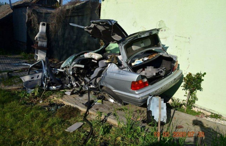 19 éves BMW-s szenvedett halálos balesetet, senki sem ébredt fel az ütközésre (FOTÓK)