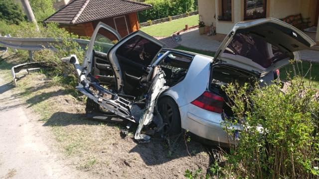 Átszakította a szalagkorlátot a fiatalokkal teli autó – egy 14 éves lány meghalt, egy 18 éves fiú súlyosan megsérült