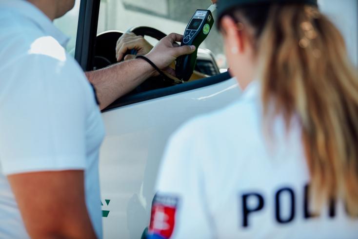 Több mint három ezrelékkel a szerveztében az sem tűnt fel a sofőrnek, hogy húzza maga után az ütközőjét!