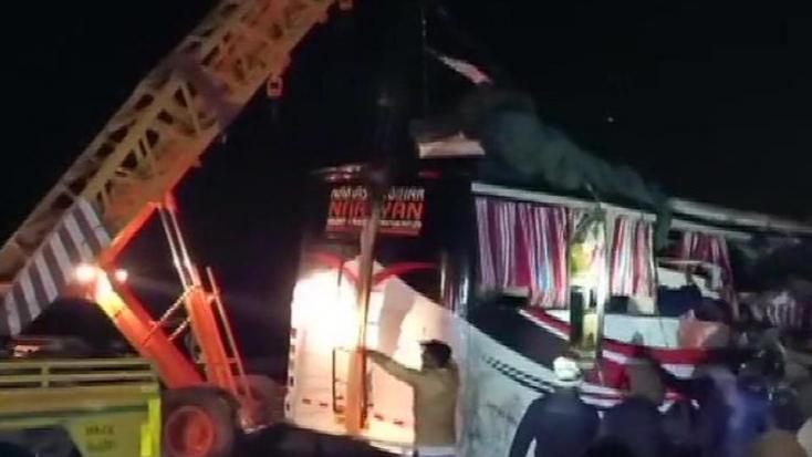 Teherautóval ütközött egy autóbusz, 14 ember meghalt!