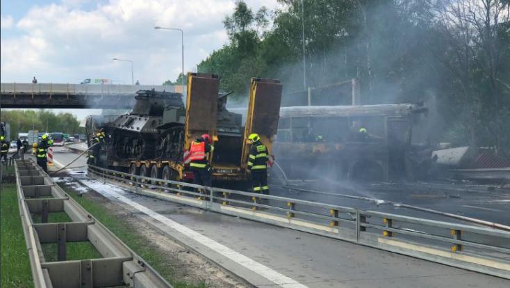 Kigyulladt egy rabokat szállító busz, miután egy kamionnal ütközött – egy ember meghalt