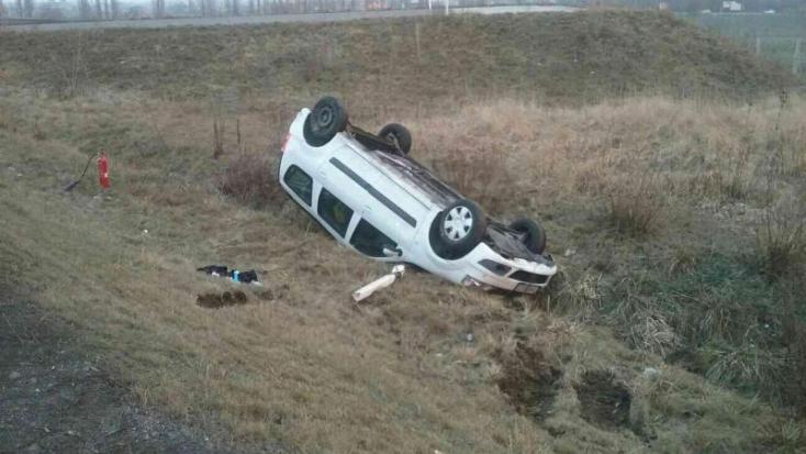 ÉLETVESZÉLYES UTAK: Felborult egy személygépkocsi Kürtnél!