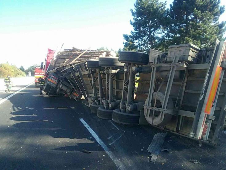BALESET: Kicsavarodott egy kamion az autópályán (FOTÓK)
