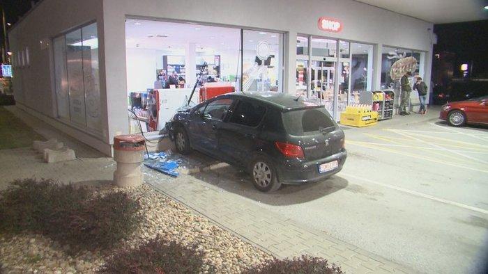 Megkérte részeg barátnőjét, hogy próbálja ki a féklámpákat – a benzinkút kirakatában kötött ki a kocsi