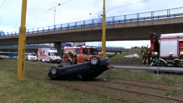 BALESET: Villamossíneken végezte a felborult BMW (FOTÓK)