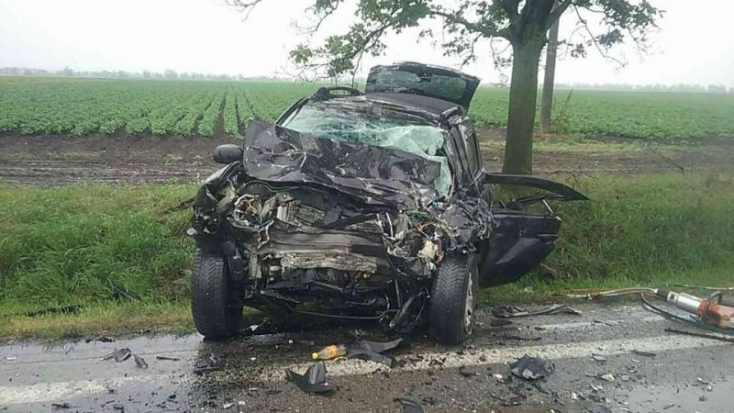 Ketten meghaltak, miután összeütközött egy furgon és egy személyautó (FOTÓK)
