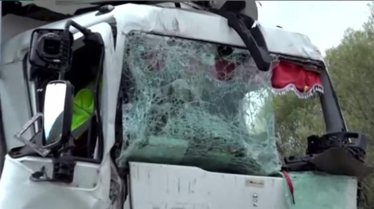 Teherautó rohant hátulról egy kamionba, már nem tudták megmenteni a sofőr életét