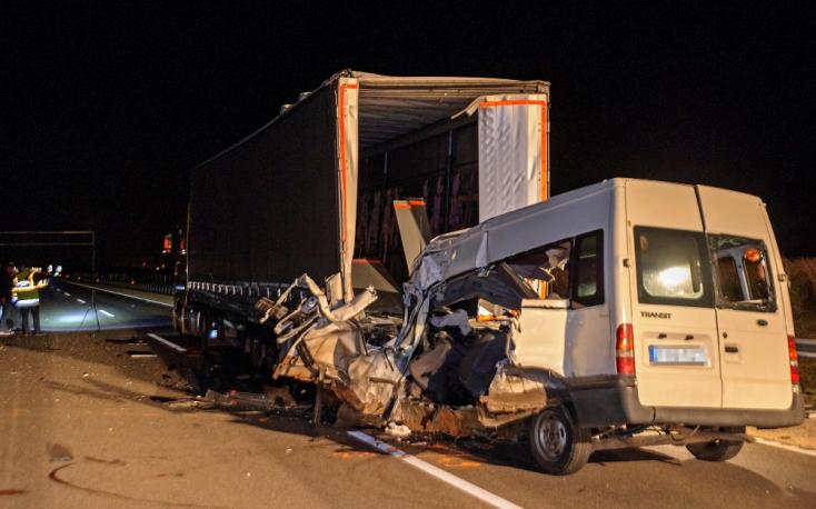 Kamionnak ütközött a sofőr, öten meghaltak a mikrobuszban