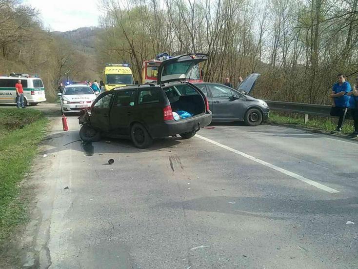 BALESET: Három autó ütközött frontálisan, hárman megsérültek