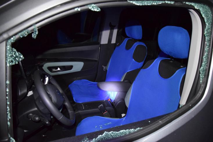 Autókat fosztottak ki Komáromnál (FOTÓK)