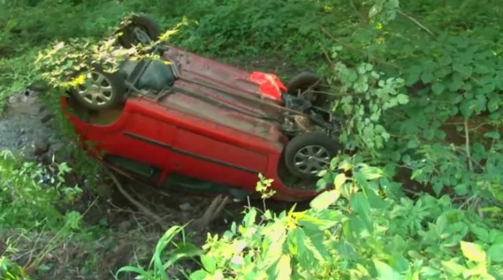 Felborult autóra bukkantak egy patakban - a sofőr azonban sehol sem volt