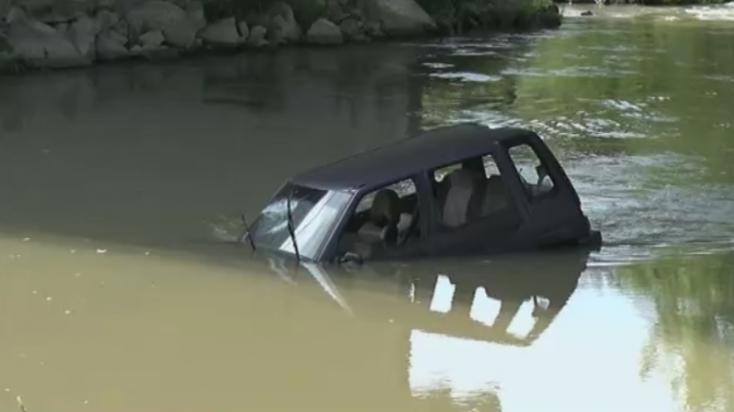 Autóra bukkantak egy folyóban, sofőrje azonban sehol sem volt