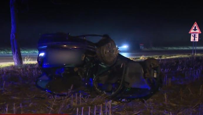 SÚLYOS BALESET: Fának csapódott és felborult egy autó Bacsfánál, az autóban volt egy kisgyerek is