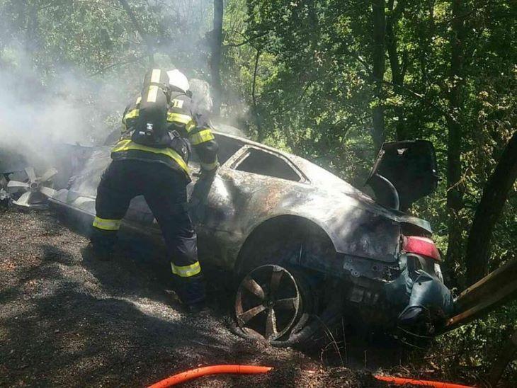 Fáknak csapódott és kigyulladt egy autó