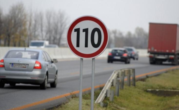 A kormány jóváhagyta a közlekedési törvény módosítását, változik a sebességhatár az autópályákon lakott területen