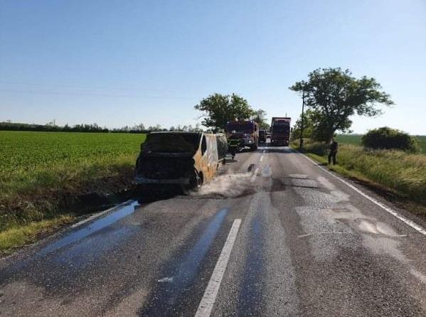 Menet közben gyulladt ki a furgon, a sofőr is megsérült Málasnál! (Videó)