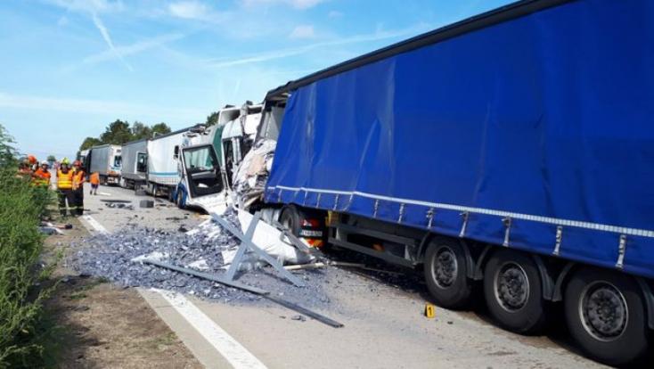 BALESET: Hat kamion ütközött az autópályán Csehországban