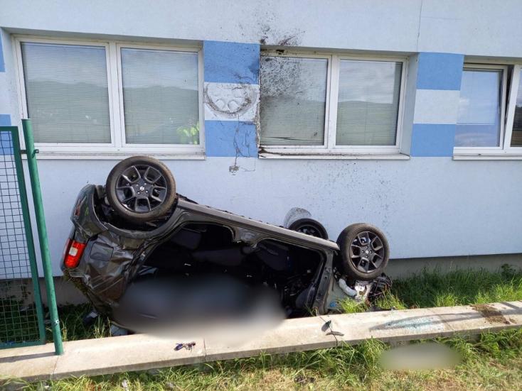 TRAGIKUS BALESET: Betonfalnak ütközve a levegőbe repült, majd egy épületnek csapódott egy autó
