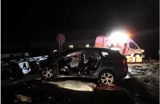 TRAGÉDIA: Szörnyethalt a 35 éves sofőr, miután nekirohant a betonkorlátnak