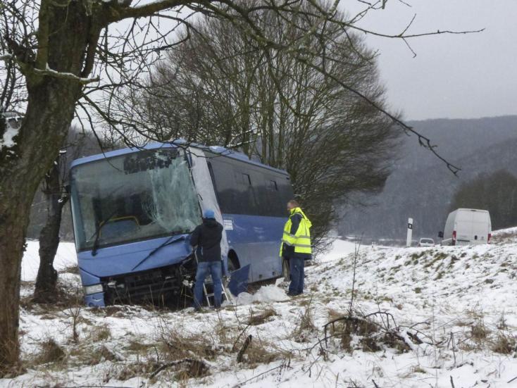 BALESET: Óvatlan sofőr csúszott meg a kanyarban, letaszított egy buszt az árokba