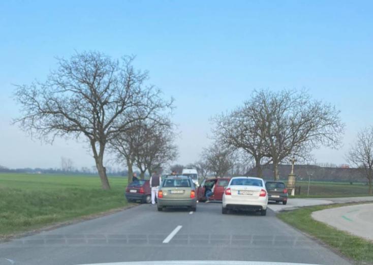 Csallóközkürt közlében karambolozott két kocsi, gyerekek is ültek bennük