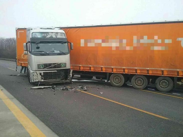 BALESET: Kamionnal ütközött a Peugeot, könnyen megúszta