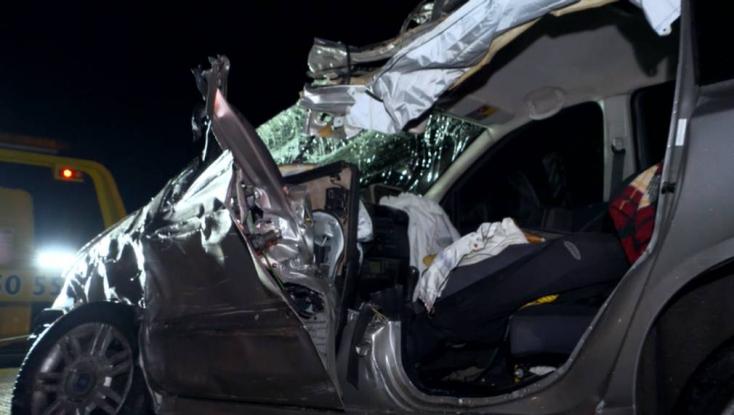 TRAGIKUS BALESET: Kamionnak rohant frontálisan egy személykocsi