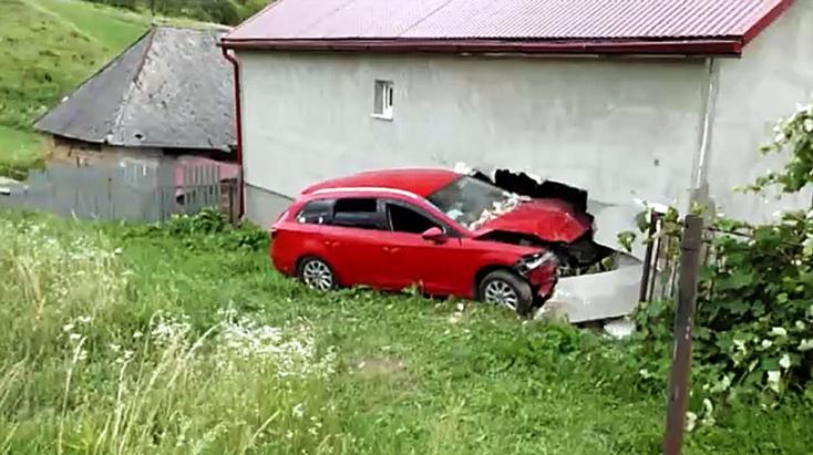 BALESET: A gyerekszobában kötött ki az autó, kis híján tragédia történt!