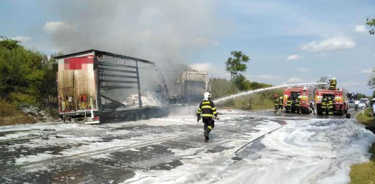FRONTÁLIS KARAMBOL: A személykocsiból nem maradt semmi, a sofőr szörnyethalt, a kamion leégett! (VIDEÓ)